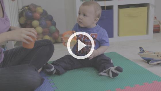 desenvolvimento - bebê brincando com copo