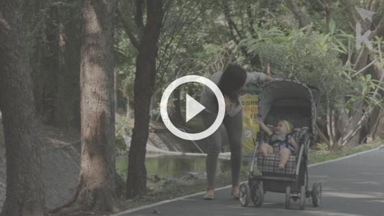 bebê na praia - bebê no carrinho em um parque