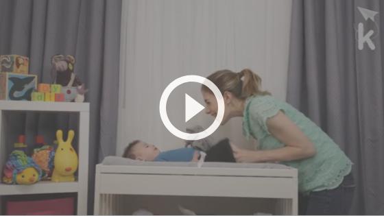 mãe passando protetor solar no bebê