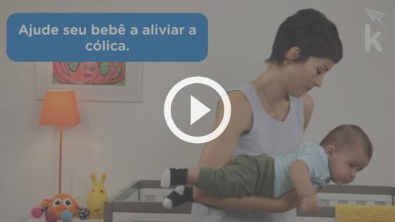 mãe aliviando a cólica do recém-nascido para o bebê dormir
