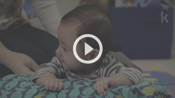 exercício para estimular o bebê a sentar