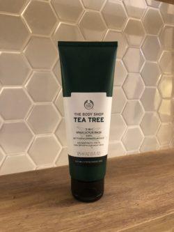 Produto 3 em 1 da linha Tea Tree da marca The Body Shop é exposto sob uma bancada.