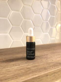 Esqualano da marca Biossance é exposto em destaque sob uma bancada no banheiro.