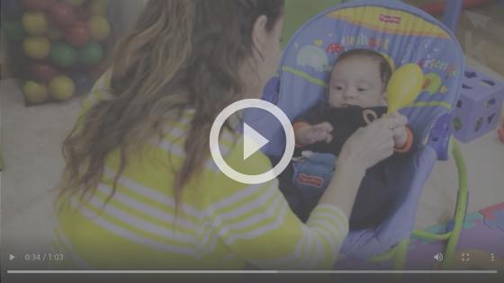 atividade com chocalho para recém-nascido