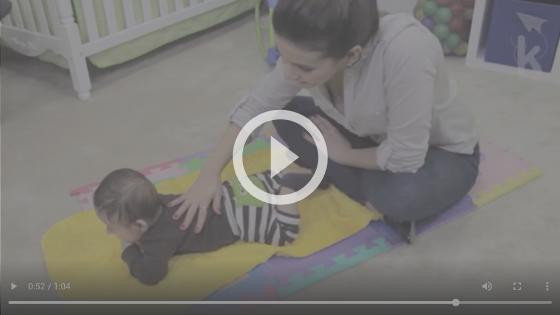 massagem no bebê recém-nascido
